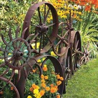 Gard pentru gradina din roti vechi de caruta