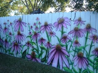 Gard simplu din sipci de lemn pictat cu flori