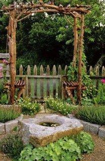Gradina cu gard de lemn in stil rustic si ornamente de piatra