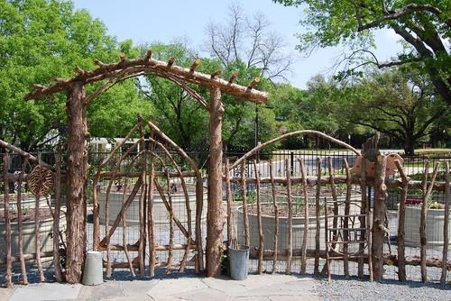 Gradinita cu gard rustic din bete