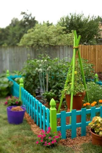 Gradinita de legume imprejmuita cu gard pitic din lemn turcoaz