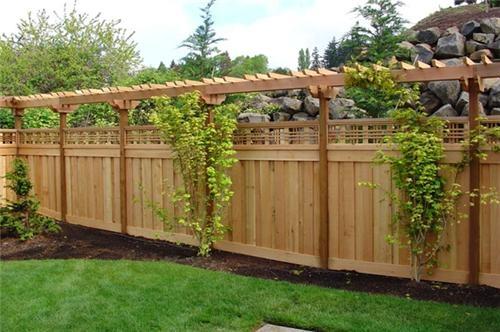 Idee intersanta pentru un gard de lemn pentru imprejmuirea curtii