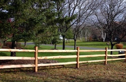 Model simplu de gard din lemn potrivit pentru suprafete mari