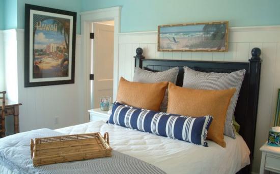 Interior de dormitor stil romantic cu perne cu imprimeu in dungi