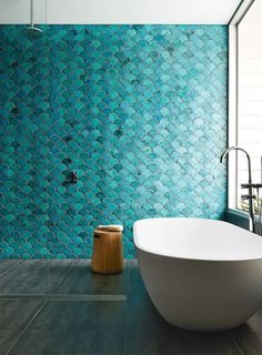 Baie cu un perete in nuante apropiate de albastru si verde