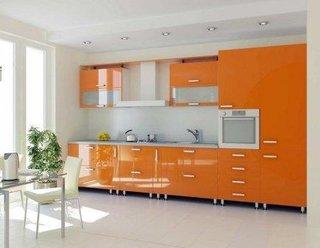 Bucatarie cu decor alb portocaliu