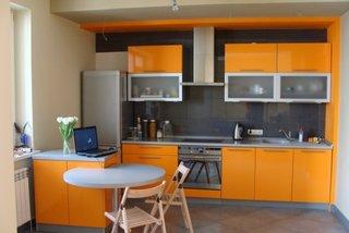 Bucatarie cu mobilier portocaliu