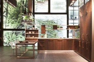 Bucatarie cu ferestre supradimensionate si mobilier din lemn