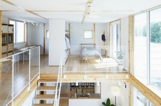 Casa amenajata in stil loft cu balustrada din sticla pentru scara interioara