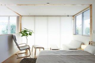 Dormitor modern amenajat in alb complet si accente naturale de lemn