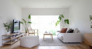 Living alb complet cu mobilier din lemn deschis la culoare
