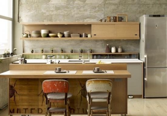 Pereti din beton si mobila de bucatarie din lemn deschis la culoare