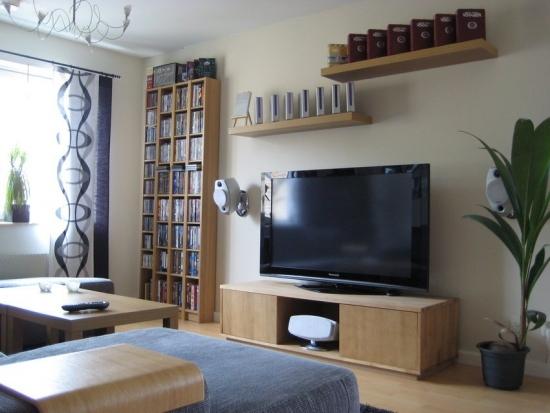 Comoda TV si biblioteca cu etajere suspendate pe perete