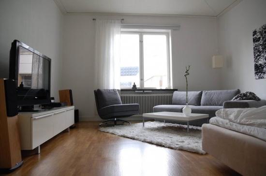 Idee de amenajare a unui living de apartament cu mobilier alb