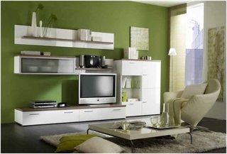 Living cu TV amenajat cu pereti verzi si mobilier alb din MDF lucios
