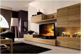 Living cu mobilier din lemn deschis la culoare cu comoda TV