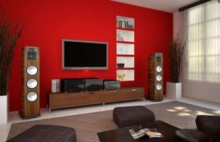 Living cu perete de accent rosu si mobilier maro cu TV pe perete