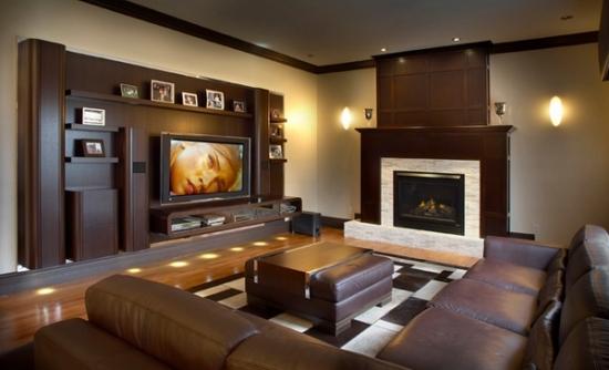 Living cu semineu si televizor pe perete