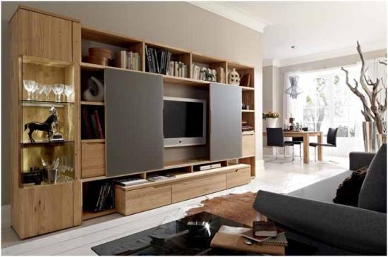 TV pe perete integrat in mobilierul din living cu sistem de mascare