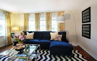 Combinatie cromatica de albastru cu auriu pentru decor living