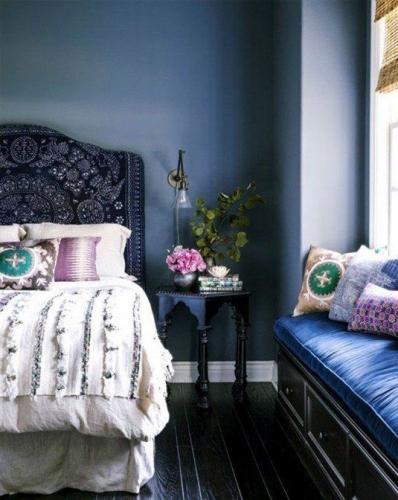 Dormitor albastru cu divan langa fereastra