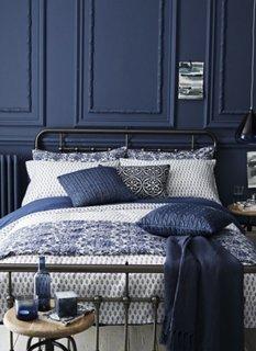 Dormitor cu pereti placati cu lambriu albastru