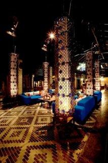 Interior modern cu lampi de podea foarte inalte