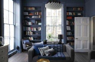 Living cu biblioteca si zona de citit
