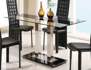 Dinning cu masa din sticla si scaune elegante negre