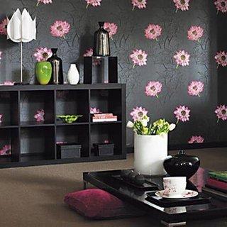 Living cu mobila neagra si tapet negru cu flori roz