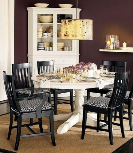 Loc de luat masa cu masa rotunda alba si scaune negre