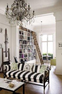 Canapea in dungi si candelabru mare
