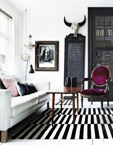 Covor in dungi si scaun cu tapiterie mov