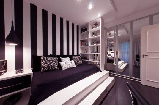 Dormitor elegant si sofisticat cu perete de accent cu dungi verticale groase