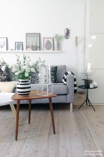 Living cu aer nordic si decoratiuni in dungi albe si negre