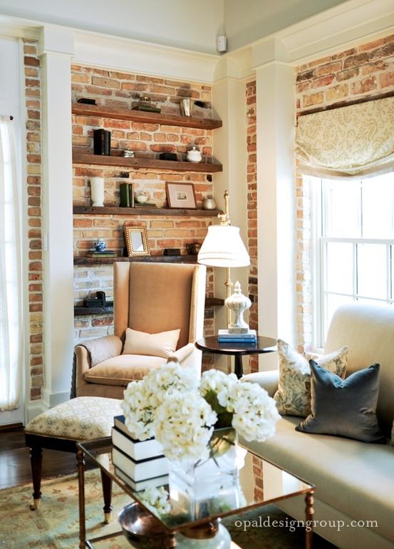 Decor perete caramida nefinisata si stalpi decorativi albi in living