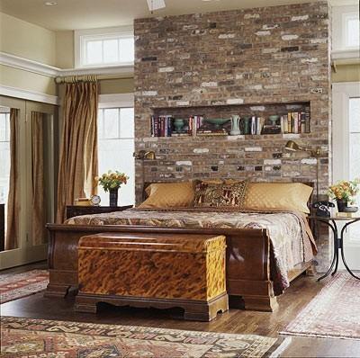 Dormitor de lux cu perete decorat cu caramida aparenta