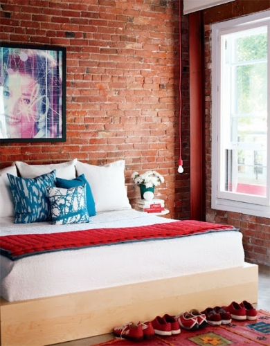 Dormitor modern cu pereti din caramida nefinisata