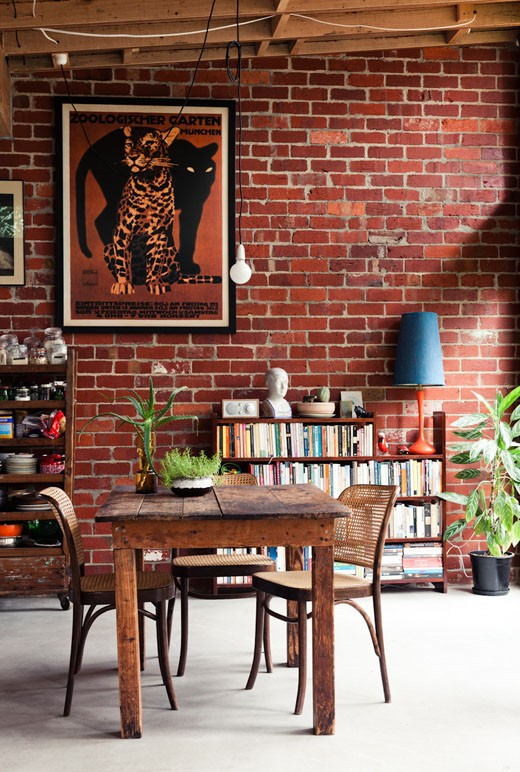 Living modern cu perete din caramida nefinisata rosie