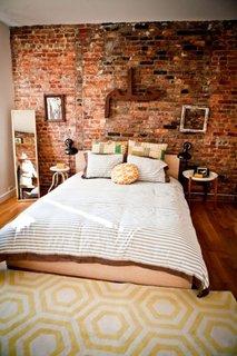 Perete caramida expusa nefinisata in dormitor