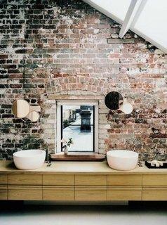 Perete de caramida intr-o baie moderna la mansarda