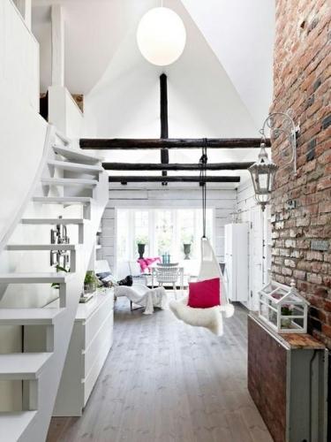 Perete de caramida intr-un hol modern