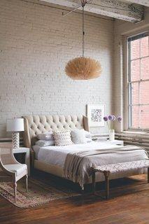Pereti din caramida nefinisata vopsita in alb pentru un dormitor impresionant