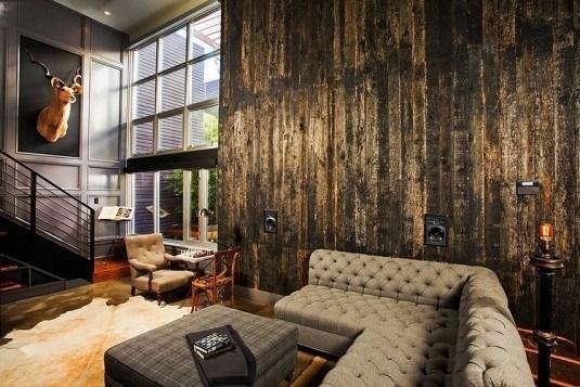 Amenajare industrial rustica cu perete placat cu scanduri de lemn