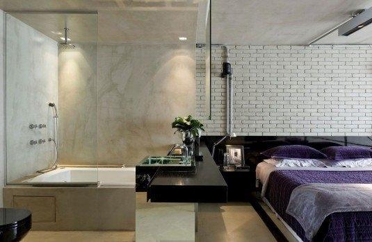 Baie in dormitor cu pereti de sticla