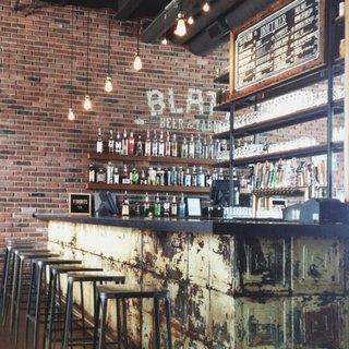 Design contemporan de restaurant cu accente rustice si industriale