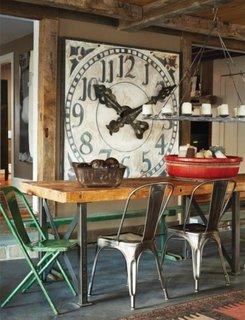 Dining rustic industrial cu ceas mare pe perete ca si accent