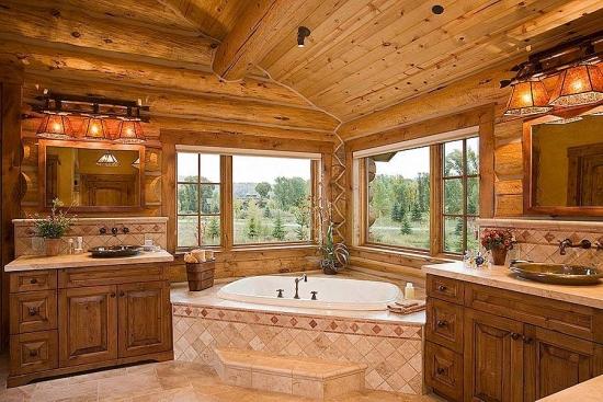Baie rustica cu lemn pe tavan si pereti