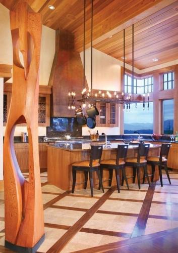 Bucatarie mare cu hota din lemn