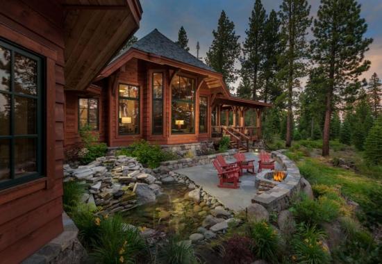 Cabana din lemn cu terasa neacoperita din piatra